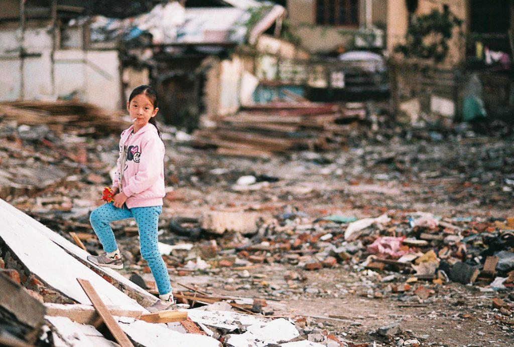 Crianças brincando em cidade abandonada na China