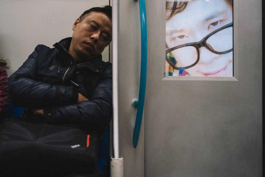 Homem dormindo na estação de trem da China