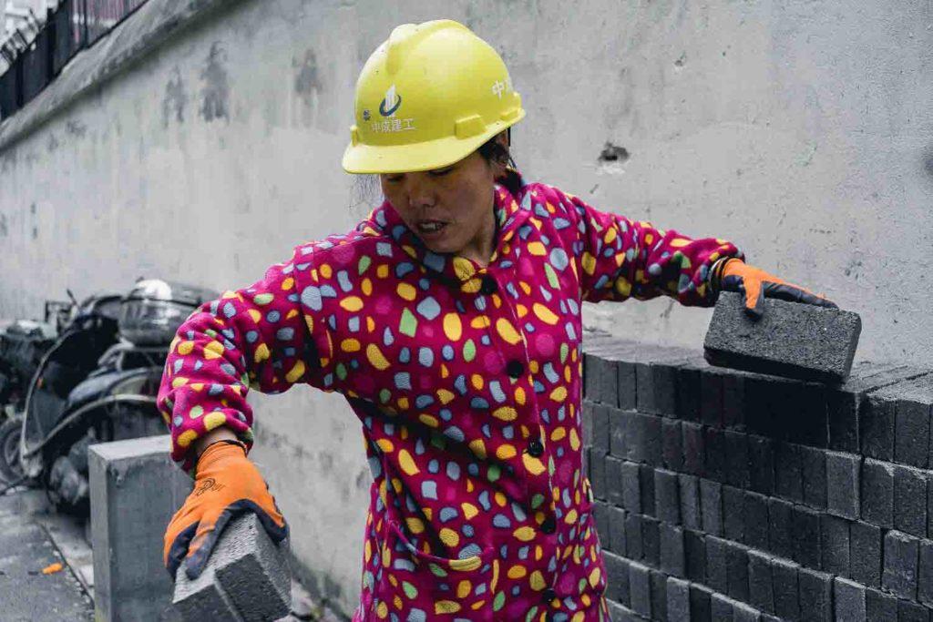 Mulher chinesa trabalhando com construção