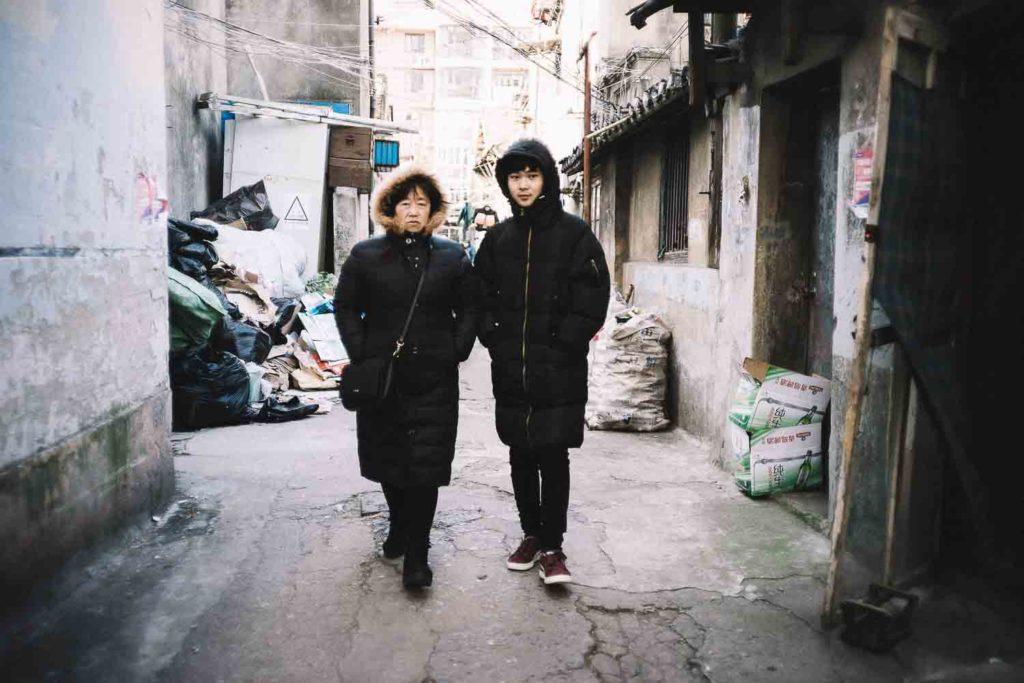 Mãe e filho chineses em cidade antiga