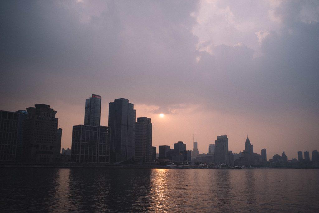 Inspeção de embarque como fazer Vista cidade com lago, prédios e pôr do sol