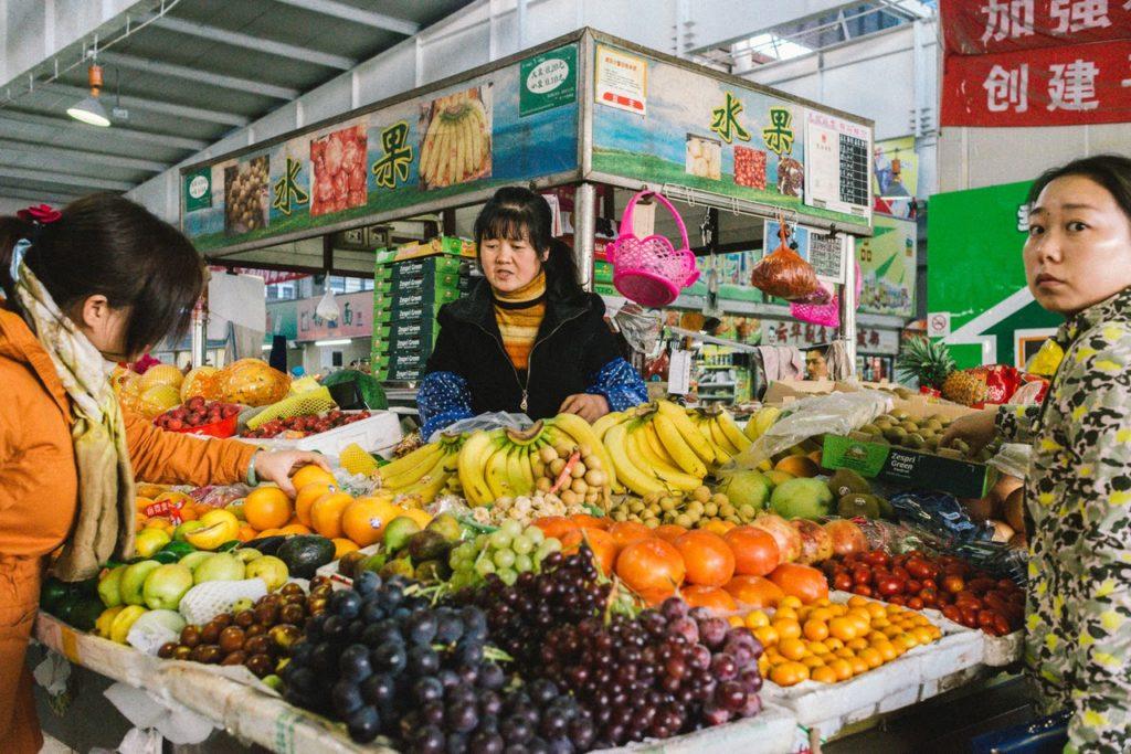 Preciso visitar um fornecedor China e agora? Frutas em exposição em feira na China